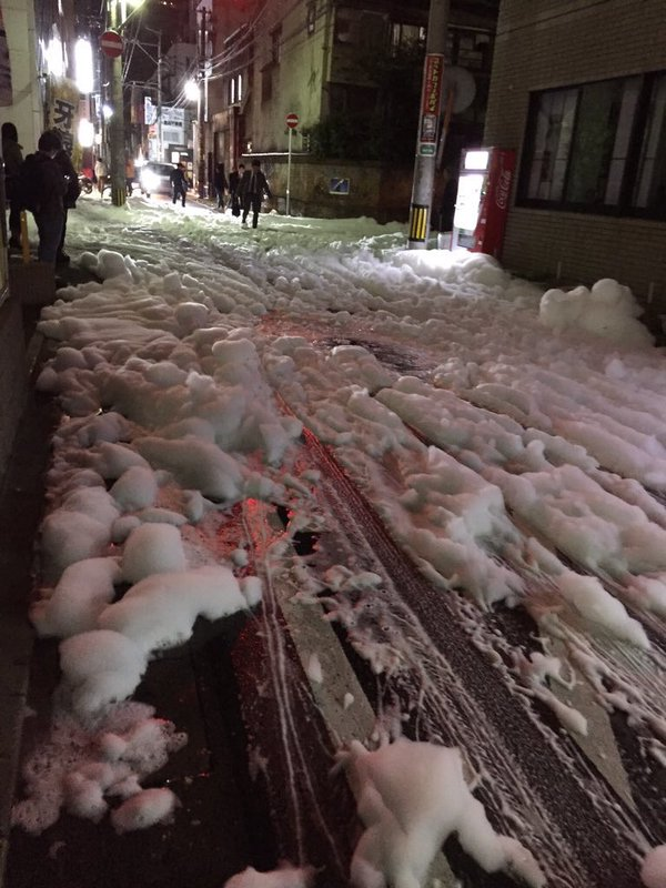 Tokio 15.04.16 Schaumteppich nach schwerem Erdbeben III