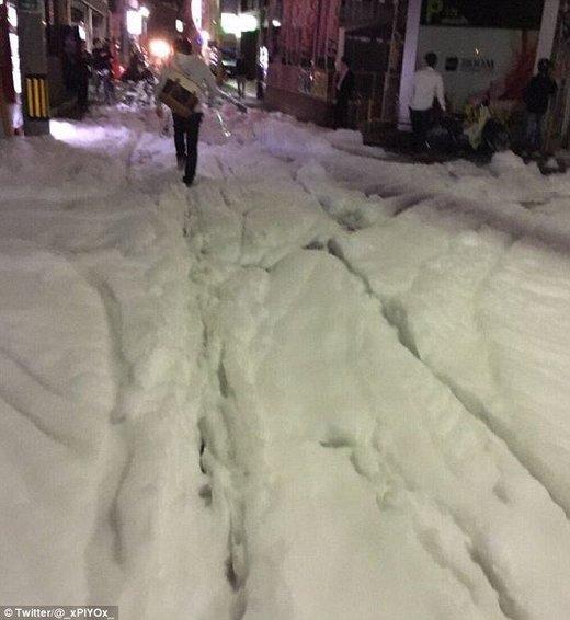 Tokio 15.04.16 Schaumteppich nach schwerem Erdbeben